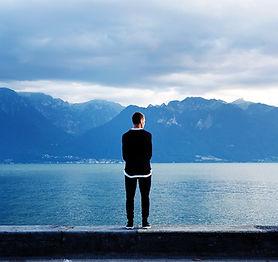 男は山に外を見て
