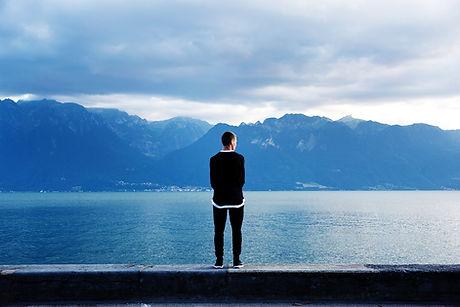 Homme Recherche sur les montagnes