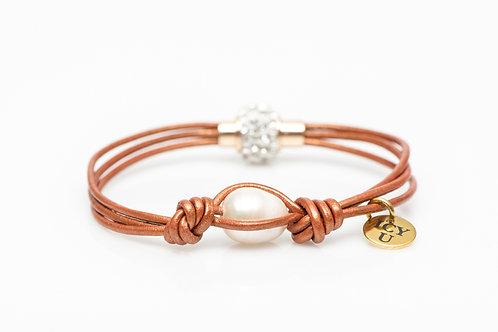 Bracelet de cuir cognac sur lequel une perle véritable, blanche y est insérée