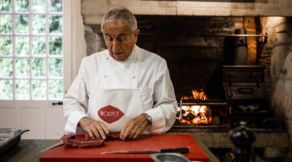 Michel Guérard dans la cuisine de son restaurant