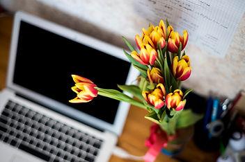 ラップトップと花