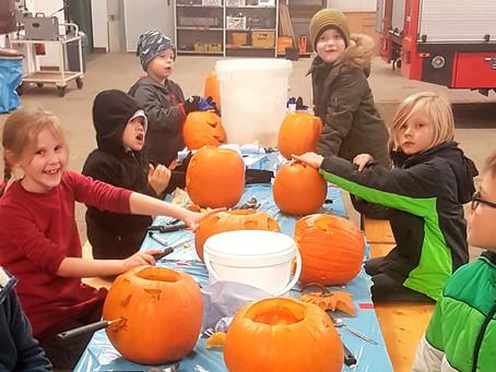 Kürbis-Kreationen: Nachwuchs schnitzt zu Halloween