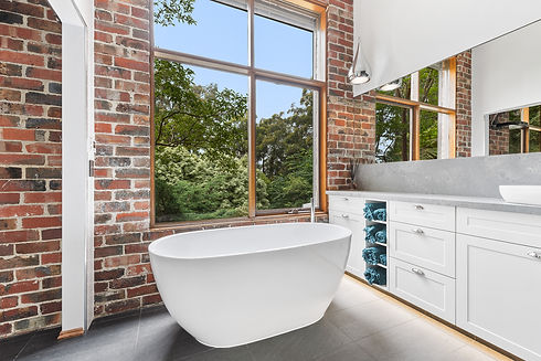 Freestanding_bath_with_view.jpg