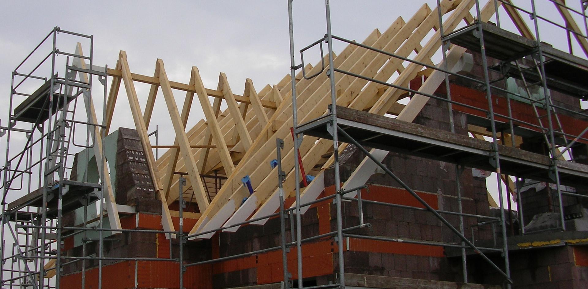 Endlich wurde das Dach von einem ortsansässigen Zimmermann aufgeschlagen.