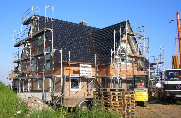 Vor den ersten winterlichen Stürmen war das Haus mit Tonziegeln eingedeckt, sodass nichts mehr passieren konnte.
