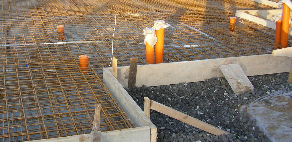 Nachdem die Außenmaße des Hauses eingeschalt wurden, haben wir die Abwasserleitungen verlegt und Bewährungsstahlmatten eingebaut.