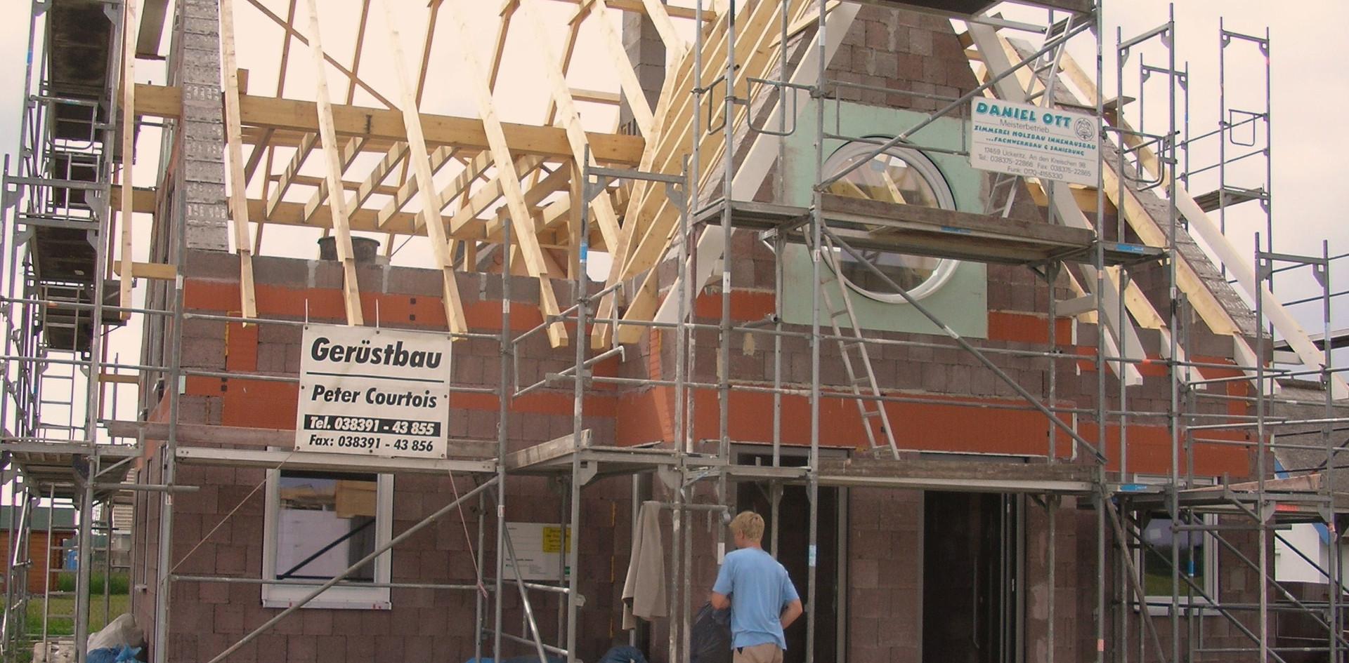 Für die Dachdeckerarbeiten musste ein umlaufendes Stahlgerüst aufgestellt werden.