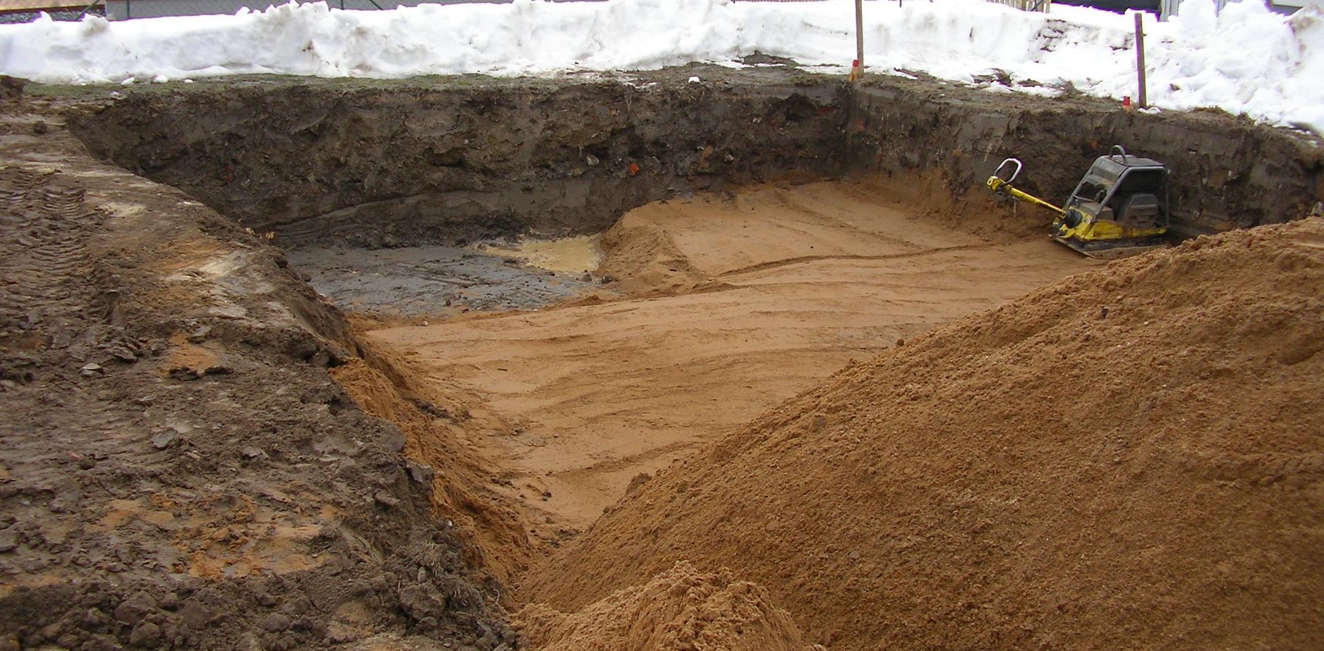 Zunächst musste der Boden durch tragfähiges Material ausgetauscht werden. .. Das Verdichten war extrem wichtig für die spätere Bodendruckprüfung.