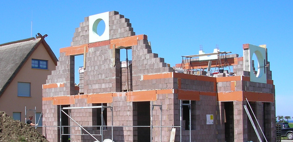 """Das Haus nimmt Gestalt an. Die runden Fenster kündigen die Form des """"Kapitänshauses"""" bereits an."""