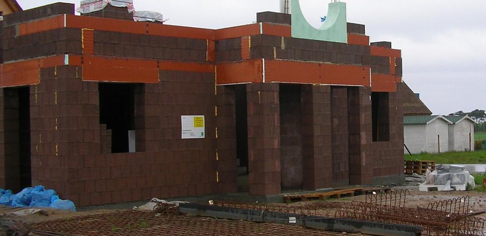 Nachdem die Decke betoniert war, konnten wird mit dem Mauerwerk des Obergeschosses beginnen. Hier stellten die drei runden Kajütenfenster wieder eine besondere Herausforderung dar.