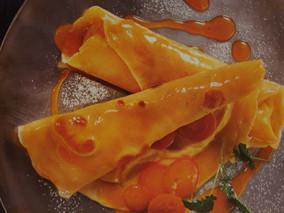 gefüllte Crepes mit Haselnusscreme und eingelegten Kumquat.