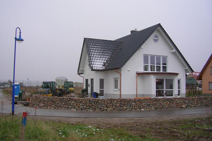 Lediglich die Arbeiten an den Außenanlage konnten bis zur großen Winterpause weitergehen. Der rügentypische Friesenwall nimmt bereits Form an.