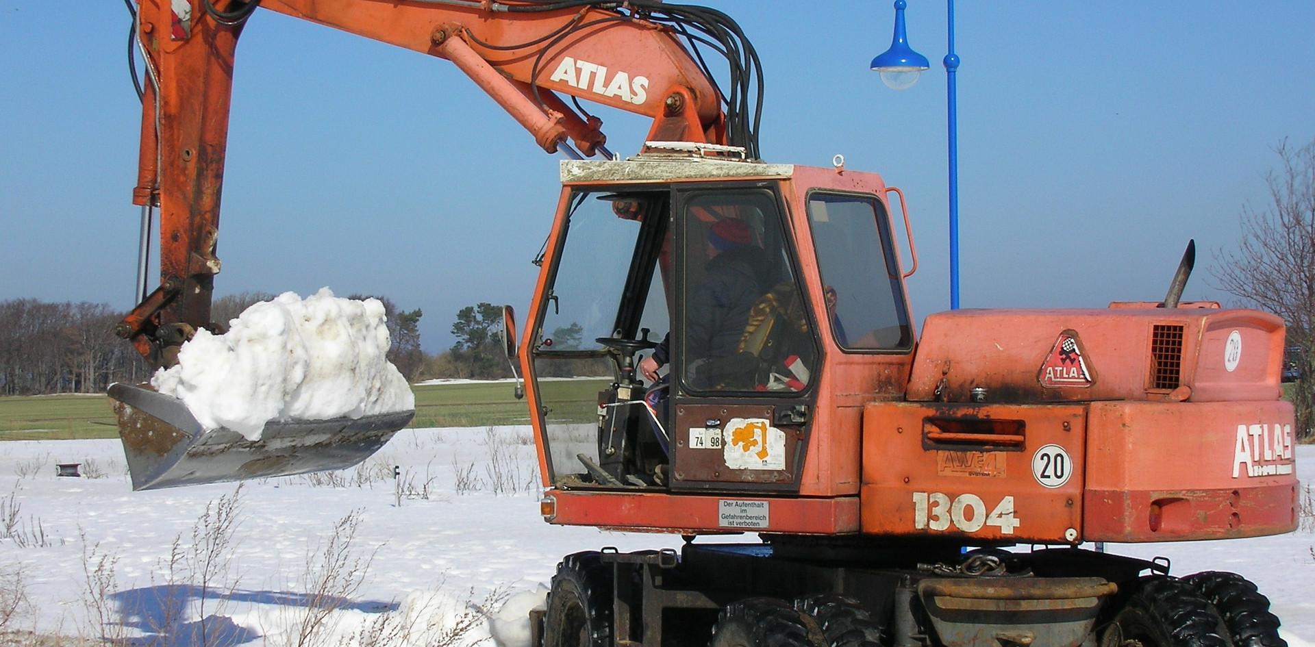 Im April 2010 sollten die Baumaßnahmen beginnen. Doch der Winter auf der Insel hielt sich mit einer wahrhaft eisigen Härte und machte uns das Ausheben der Baugrube ncht besonders leicht.Trotz des Schnees musste der Bau beginnen, da sonst der gesamte Zeitplan gekippet wäre. Der Bagger schaufelte zunächst zwei Tage lang Schnee von der Oberfläche der Baufläche auf einen großen Schneeberg. .