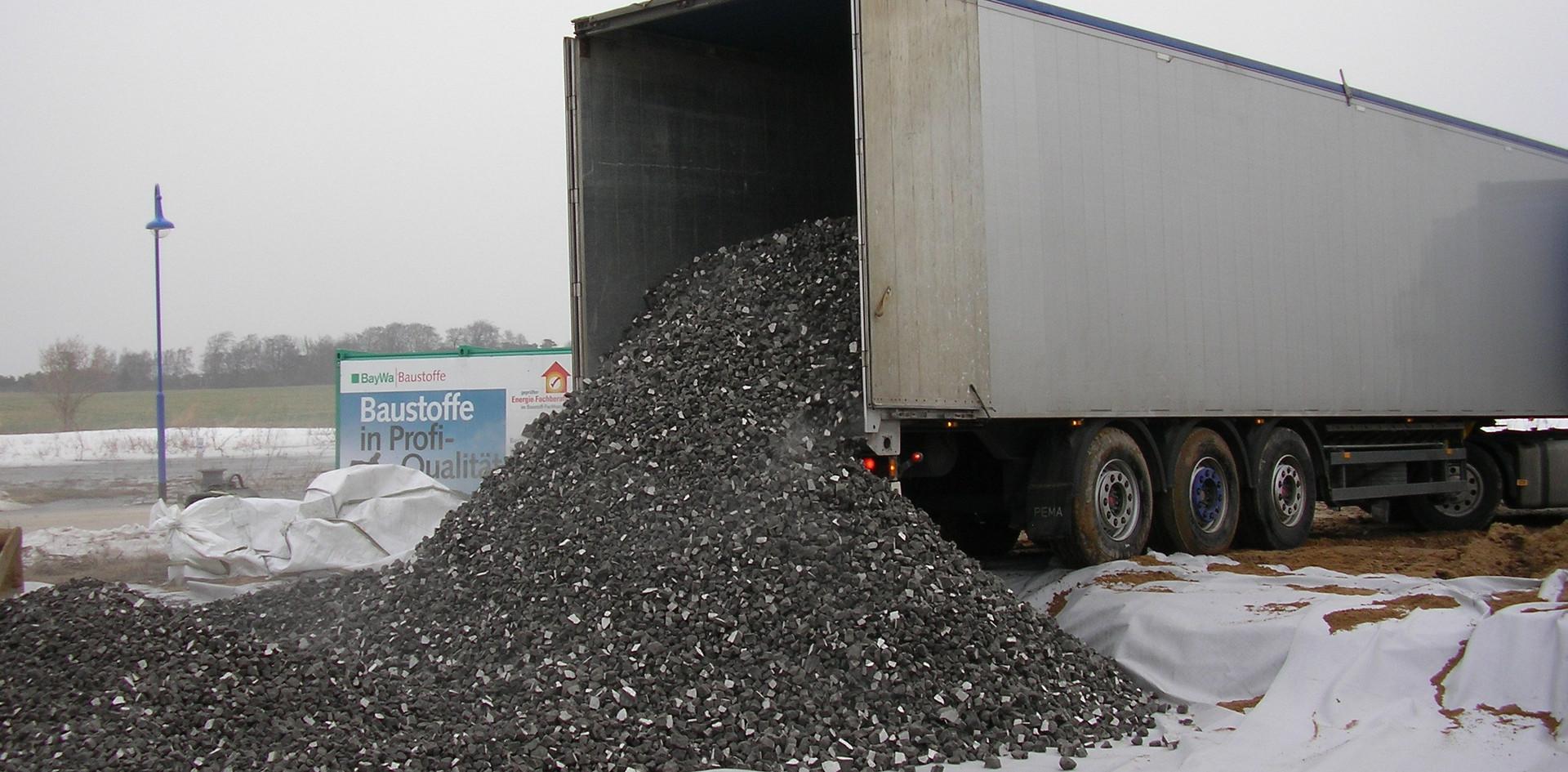 Ein LKW brachte enorme Mengen von wärmedämmenden Glasschaumschotter.