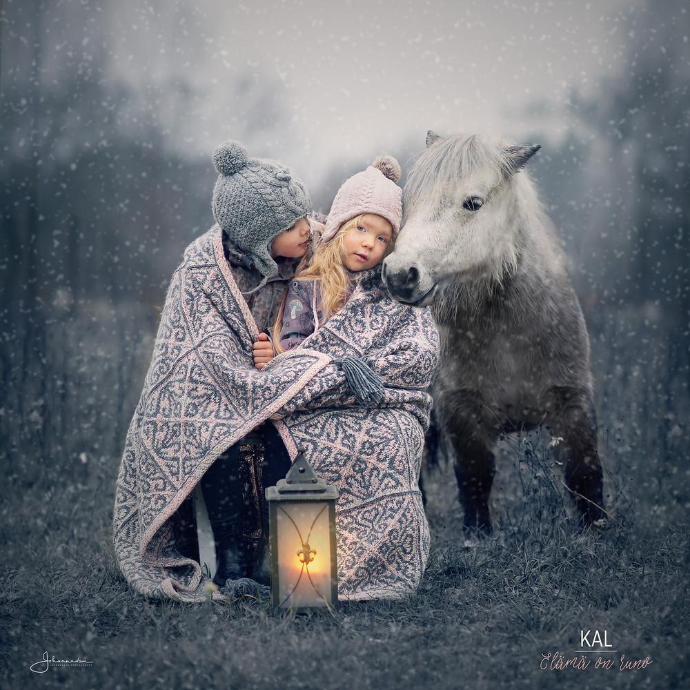 Elämä on runo peitto, tytöt ja poni - kuva Johanna Vaurio-Teräväinen