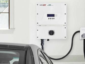 Szybsze ładowanie samochodu elektrycznego dzięki fotowoltaice.