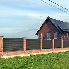Забор жалюзи с кирпичными столбами