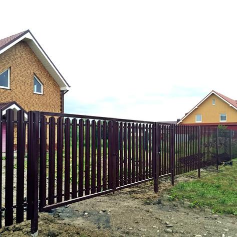 забор из металлического штакетника сборного типа