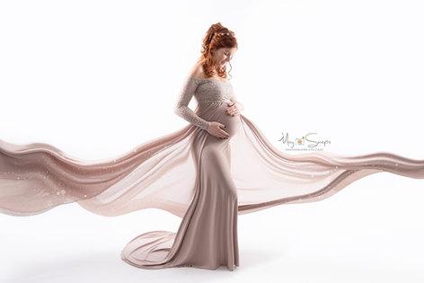 séance photo grossesse maternité femme enceinte photographe yvelines les mureaux studio paris famille portrait book robe mise en scène shooting naissance