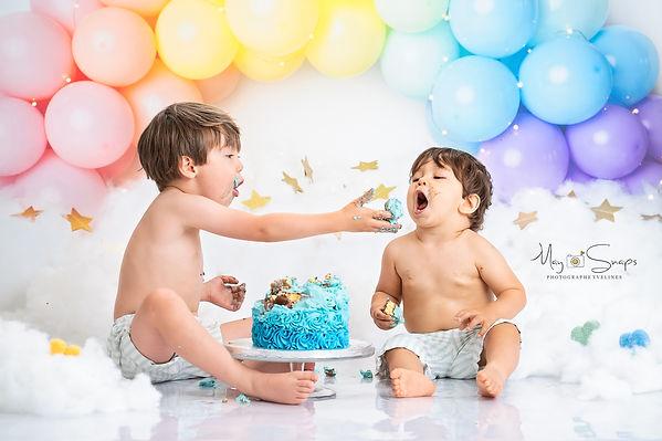 séance photo smash the cake shooting yvelines les mureaux photographe maysnaps myriam tabib anniversaire gateau bébé enfant studio pro bougie baignoire email vintage bulle savon mousse charlotte ruban serviette jouet ballon