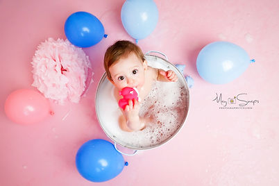 séance photo smash the cake shooting yvelines les mureaux photographe maysnaps myriam tabib anniversaire gateau bébé enfant studio pro bougie baignoire ballon