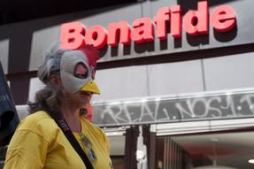 Activistas protestan contra la crueldad animal en las cafeterías Bonafide