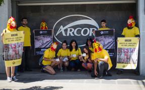 Activistas protestan y piden política de bienestar animal a Arcor