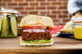 Beyond Burger llega a la cadena de restaurantes chilena Dominó