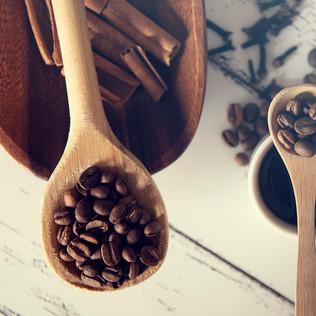 cuchara de madera con granos de café
