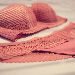 ropa interior rosa plano detalle