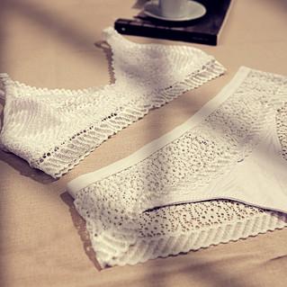 conjunto de ropa interior blanco con encaje
