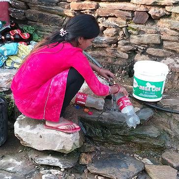 נפאל אישה על יד ברז.jpg