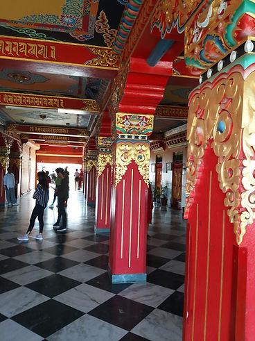 נפאל מנזר עמודים.jpg