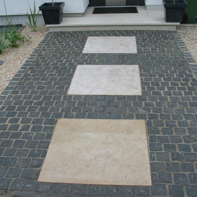 Basaltpflaster mit Juraplatten.jpg