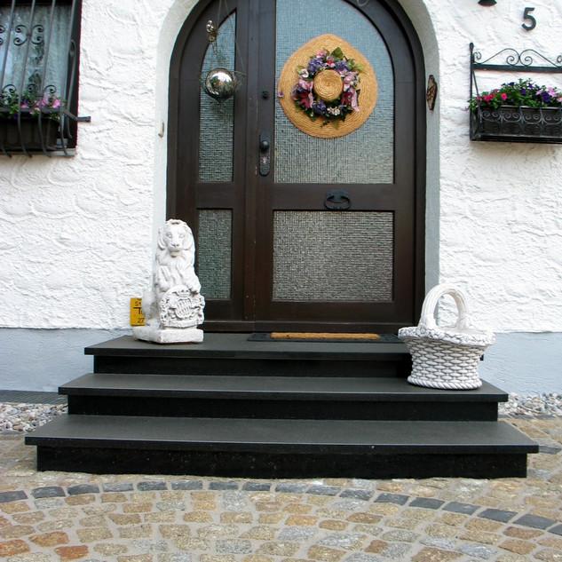 Podestplatte mit Stufen in Nero Assoluto