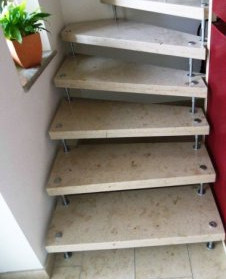 Freitragende Treppe Jura Gelb.jpg
