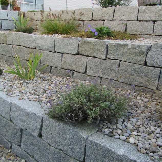Granitmauersteine_als_Abböschung.jpg