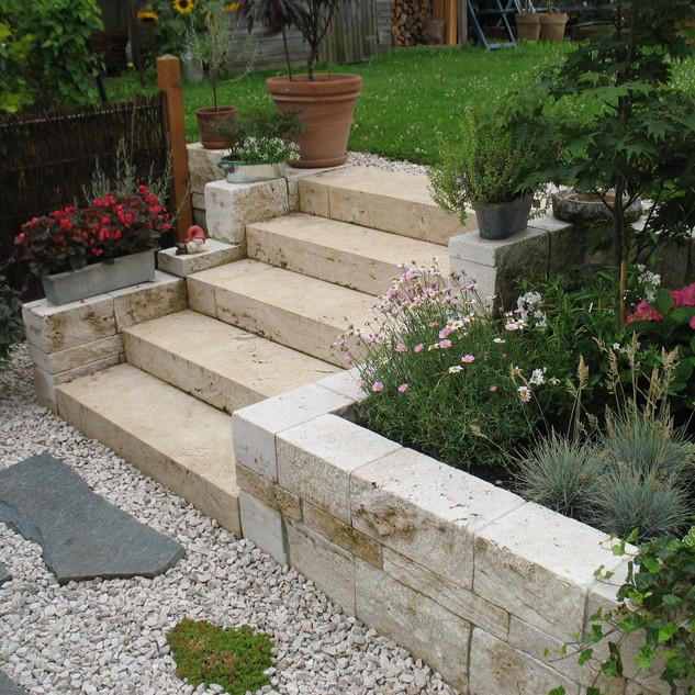 Natursteinmauer mit Blockstufen.JPG