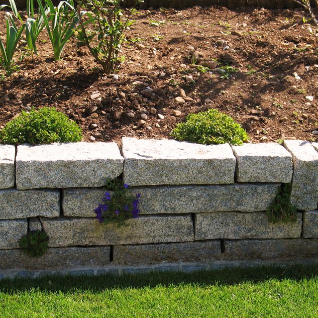 Granit Mauersteine bepflanzt.jpg
