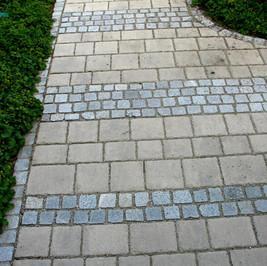 Granitkleinstein mit Betonpflaster.jpg