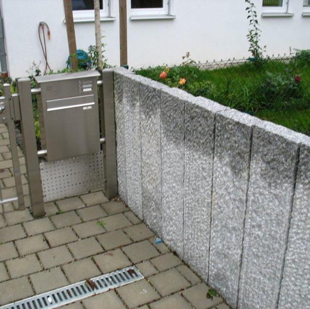 Eingang mit Granitpalisaden.jpg