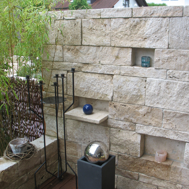 Schichtmauer mit Deko.JPG