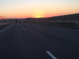 《軽四輪車の緊急配送》は〜どらいふ♪夜明け前 東名高速上り線