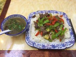 《海外国際ハンドキャリー》すろ〜らいふ♪青椒牛肉饭 好吃 at 深圳