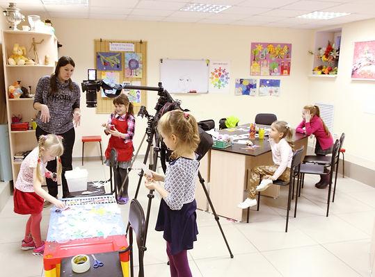 мультипликация, съемка мультфильма, создание мультфильма с детьми, дети снимают мультфильм, анимационный стол, дети вокруг, камера над столом