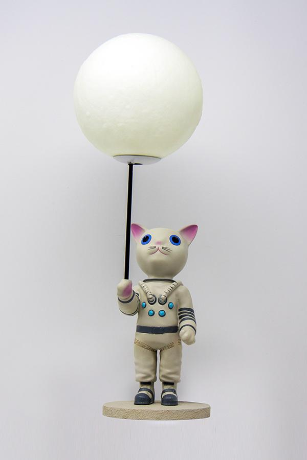 Mr. Pebbles (a white cat with blue eyes wearing a white space suit) from Fallout 76 desk lamp front profile