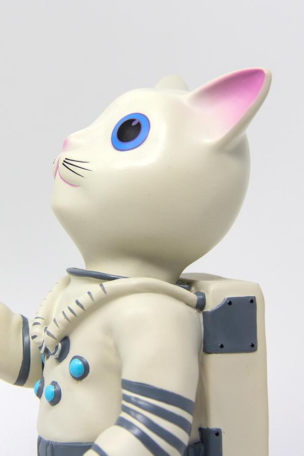 Mr. Pebbles (a white cat with blue eyes wearing a white space suit) from Fallout 76 desk lamp, side profile detail