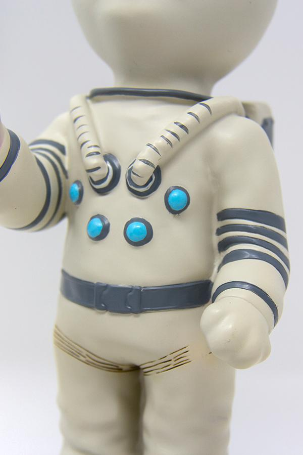 Mr. Pebbles (a white cat with blue eyes wearing a white space suit) from Fallout 76 desk lamp, space suit detail
