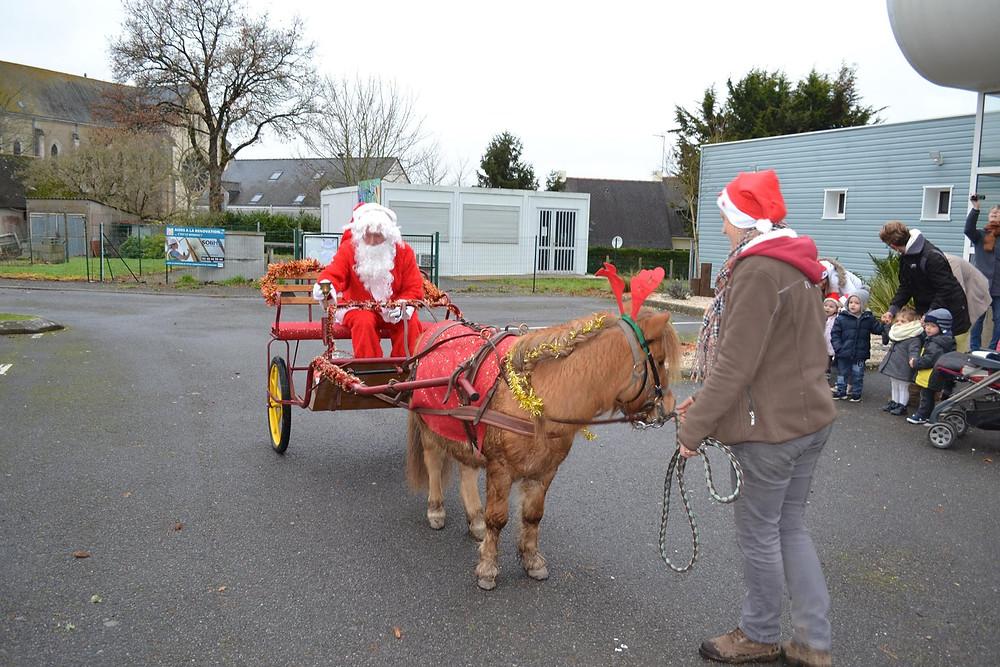 Traversée du Père Noël dans les rues de Sainte Reine de Bretagne