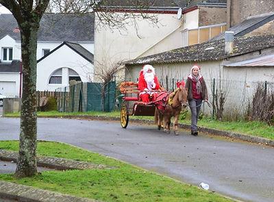 Scoubidou promène le Père Noël dans les rues de Sainte Reine de Bretagne